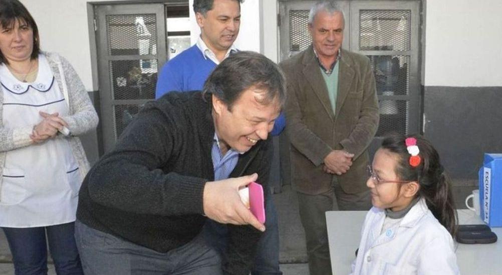 Nueva entrega de anteojos a alumnos de Malvinas Argentinas