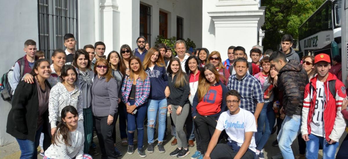 """Partieron hacia Tandil los estudiantes ganadores del concurso """"Jóvenes Innovando"""""""