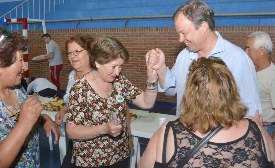 Cascallares junto a los abuelos en la presentación de las colonias de verano 2018
