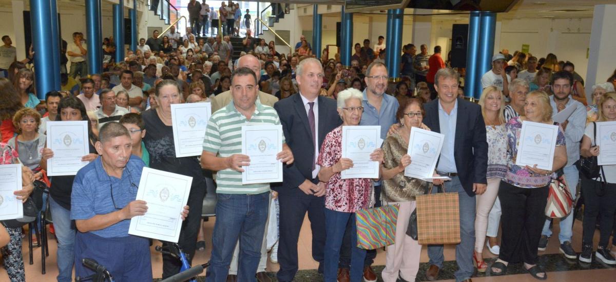 Cascallares entregó 373 nuevas escrituras a vecinos de Don Orione
