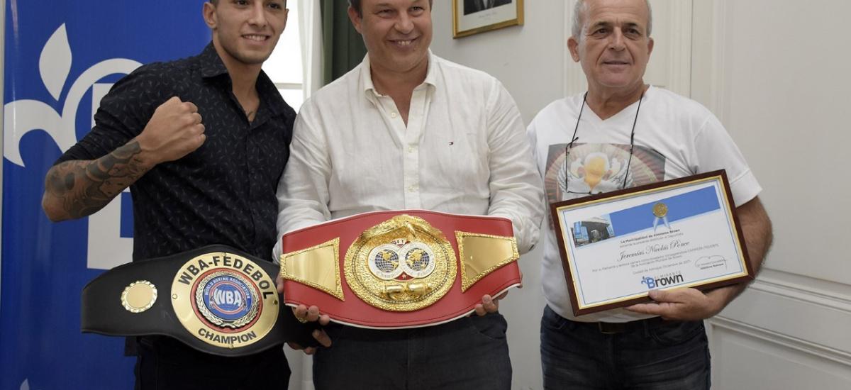Cascallares junto al browniano Jeremías Ponce, campeón internacional de los súper ligeros