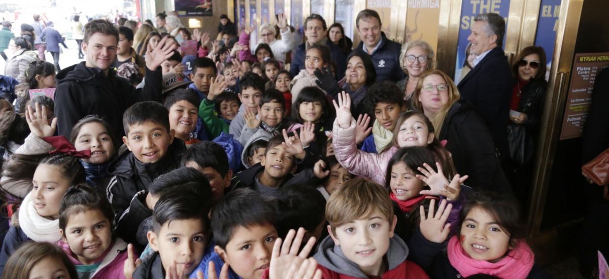 Cascallares acompañó a niños y niñas de instituciones brownianas al teatro en vacaciones de invierno