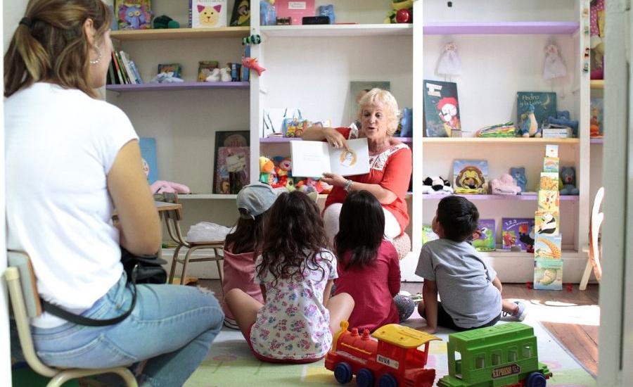 La biblioteca municipal realiza talleres de lectura en vacaciones y recorre instituciones con el bibliomóvil