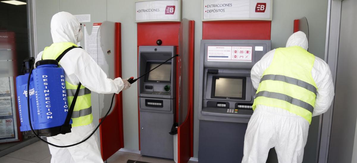 El municipio desinfecta cajeros automáticos, instituciones y estaciones de trenes