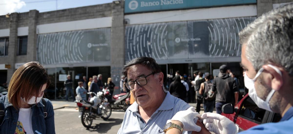 El Municipio vacunó a los adultos mayores en el ingreso a los bancos