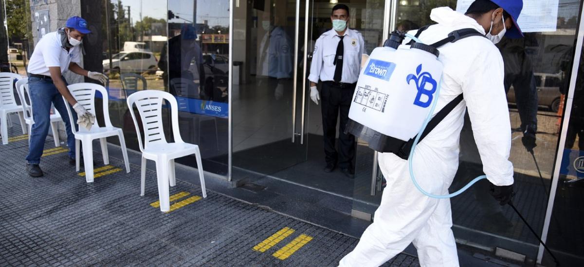 Jubilados: El municipio colocó sillas, baños químicos, desinfecta y vacuna en los bancos