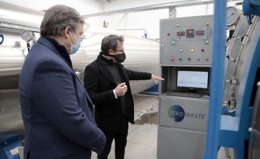 Cascallares recorrió una fábrica de residuos patogénicos en el parque industrial