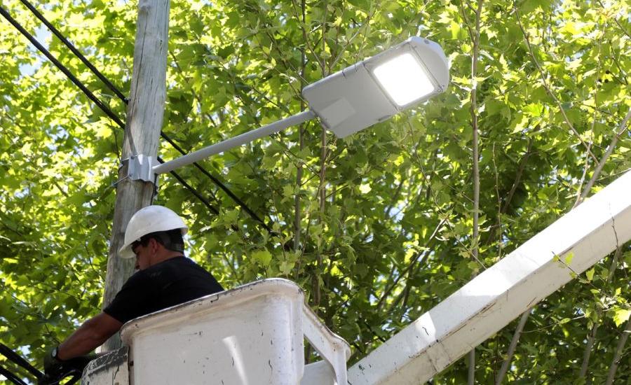 El municipio de Alte Brown instala más de 2 mil luces led en corredores escolares