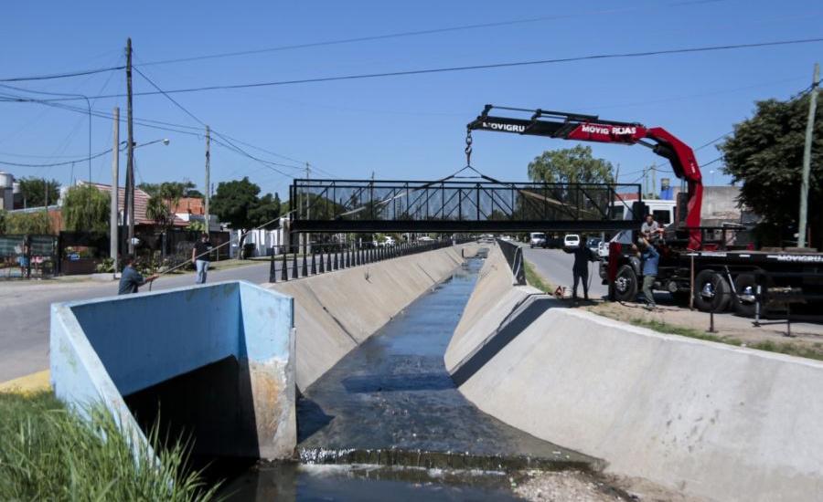 El municipio instaló un nuevo puente peatonal sobre el arroyo Del Rey