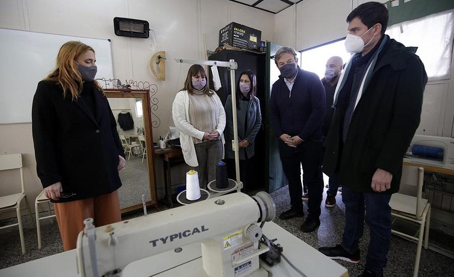 Cascallares y la Ministra de Trabajo recorrieron instituciones y entregaron equipamiento