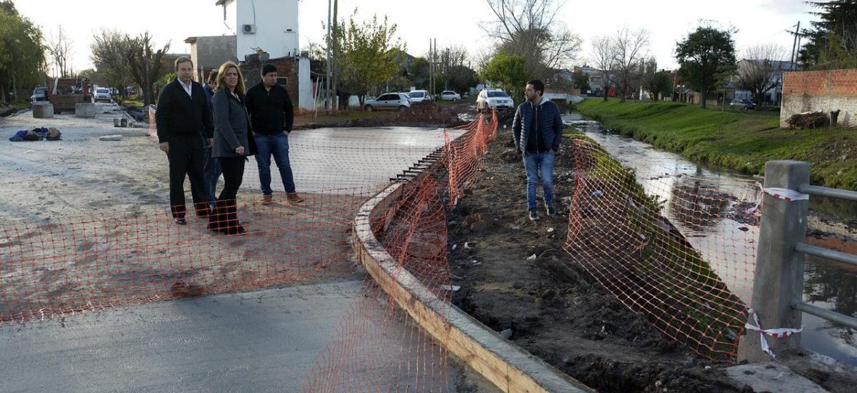 El intendente recorrió obras de asfalto y dialogó con los vecinos