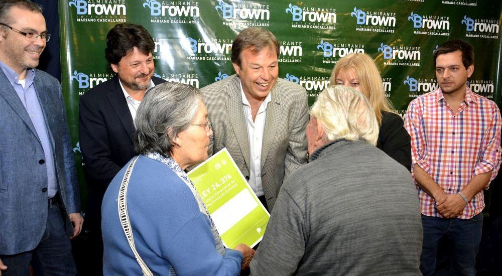 Cascallares entregó escrituras a vecinos de Almirante Brown