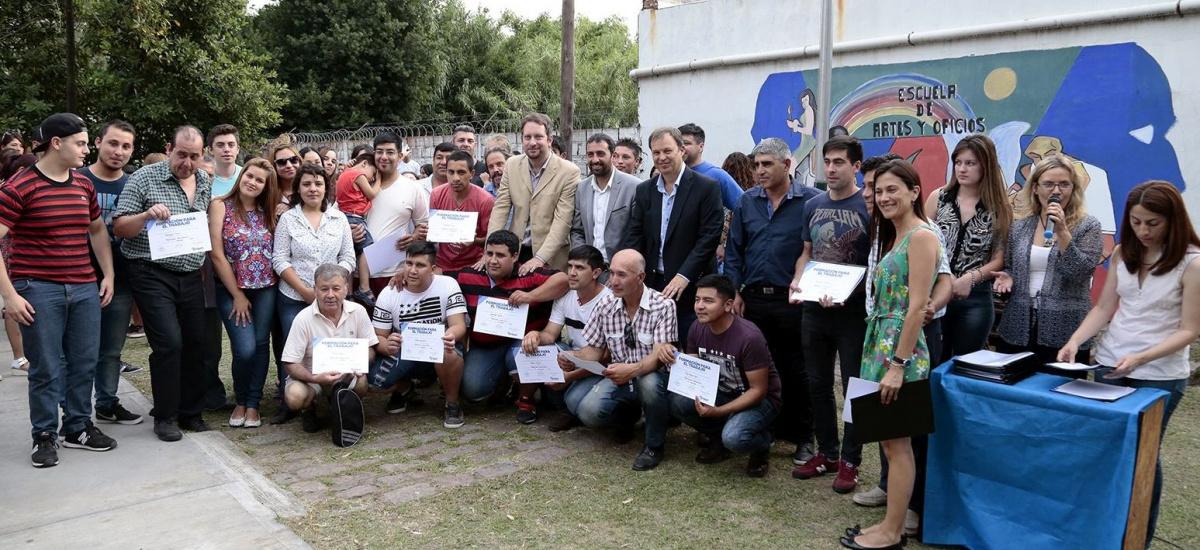 Cascallares entregó certificados en la Escuela de Artes y Oficios