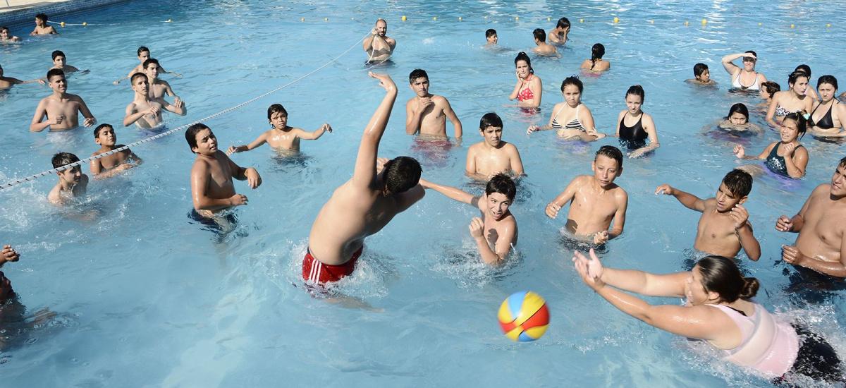 Miles de chicos disfrutan de la colonia municipal de verano en Brown