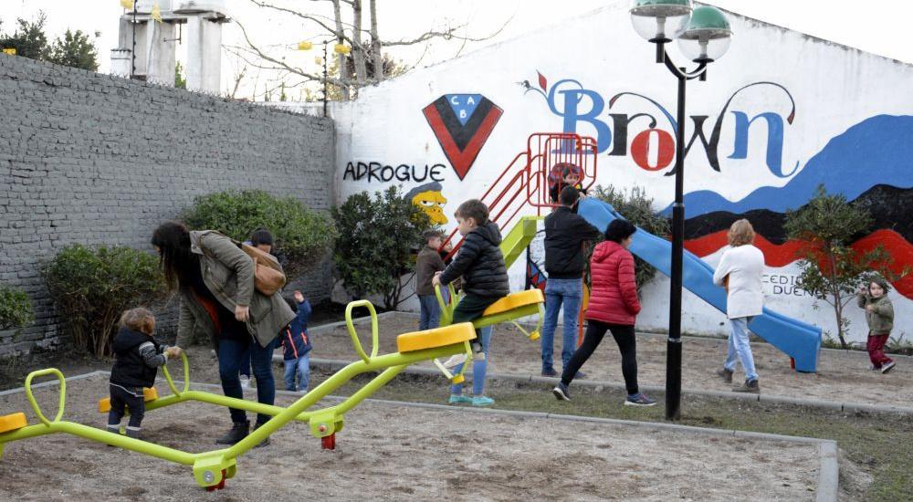 Se inauguró la nueva plaza 8 de Marzo de Mármol