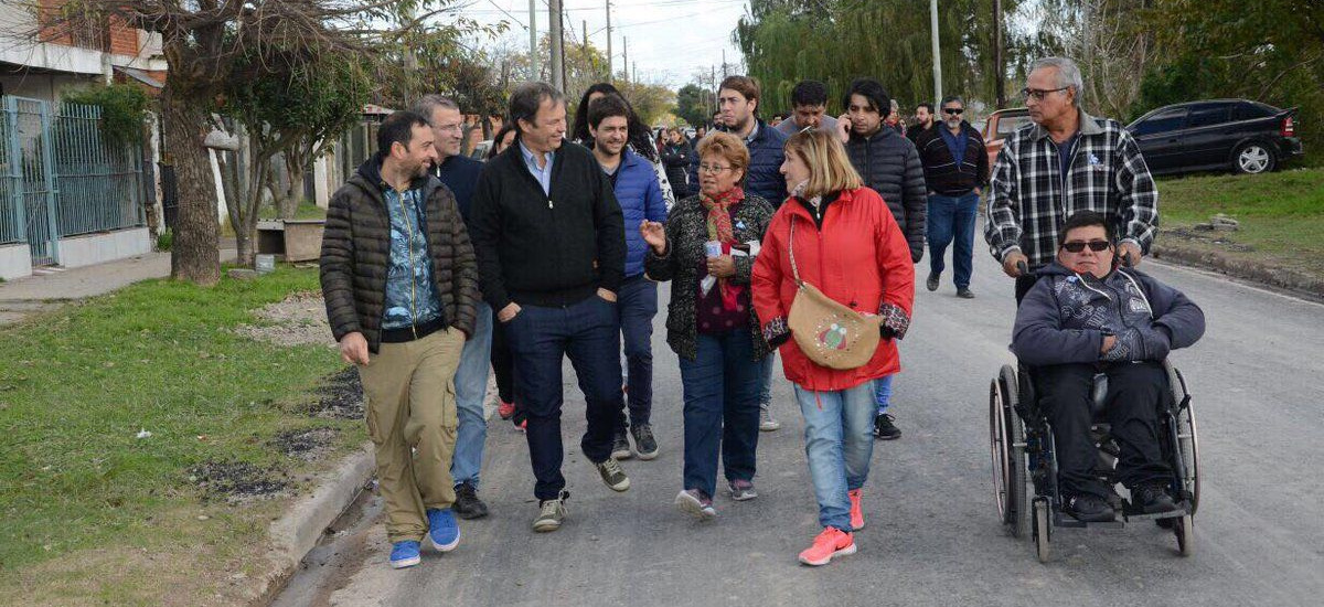 Cascallares recorrió obras de pavimento y dialogó con vecinos en Calzada