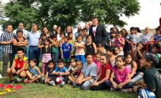 Cascallares junto a los chicos de la Casa de la Niñez en San José