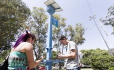 El municipio instaló columnas de energía solar para cargar celulares y acceder a internet en todas las localidades